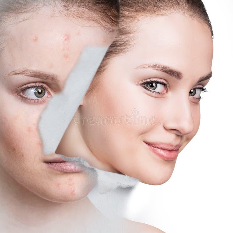 Kobieta patrzeje od dziury w starej fotografii z zdrową skórą fotografia royalty free