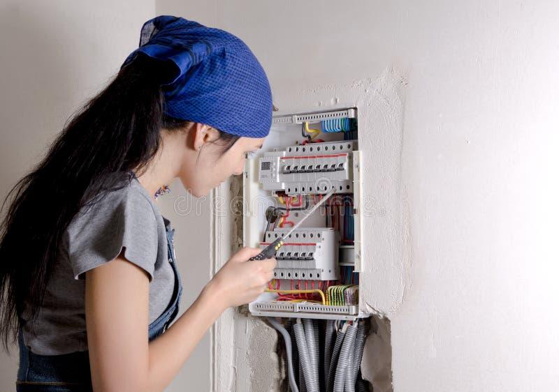 Kobieta patrzeje otwarty elektrycznego zdjęcie stock