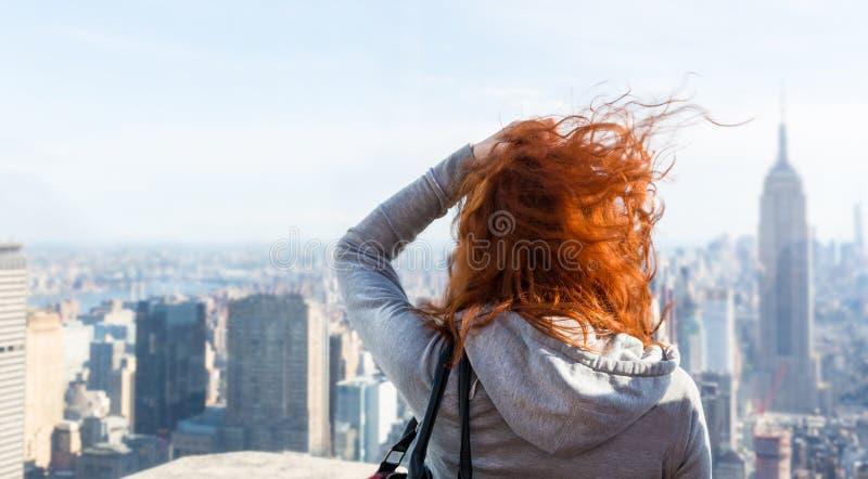 Kobieta patrzeje pejzaż miejskiego zdjęcia stock