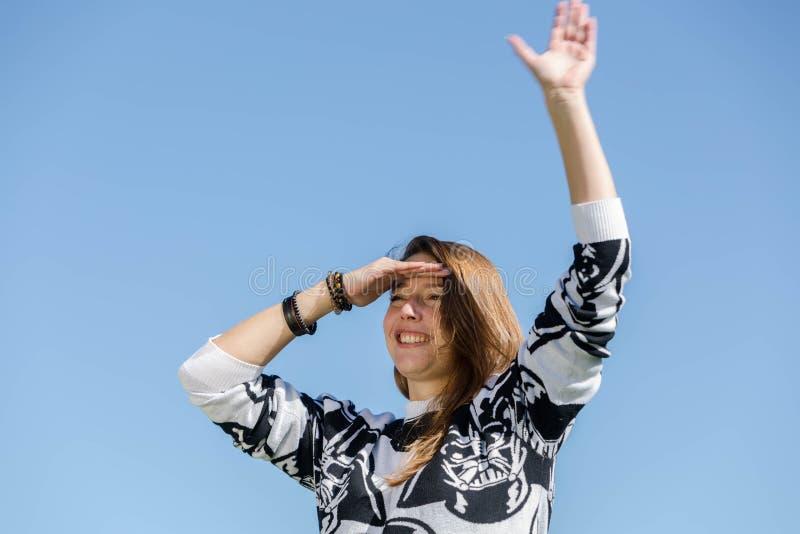 Kobieta patrzeje przedni i fala obrazy royalty free
