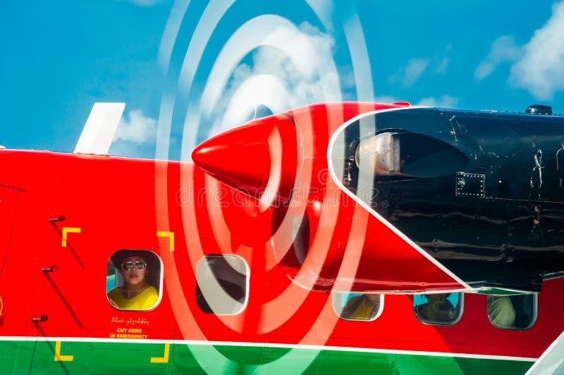 Kobieta patrzeje przez porthole Maldivian Lotniczego taxi hydroplane fotografia royalty free