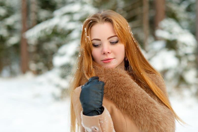 Kobieta patrzeje w dół outdoors w zimie fotografia stock