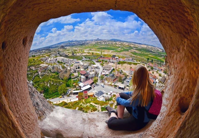 Kobieta patrzeje w odległość przeciw tłu nieprawdopodobny krajobraz fotografia stock