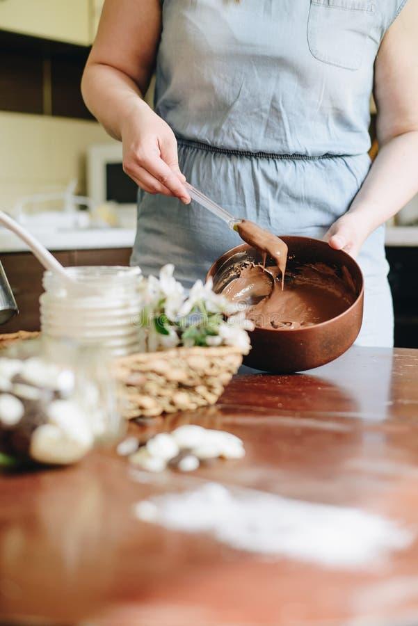 Kobieta piec tort w domu zdjęcie royalty free