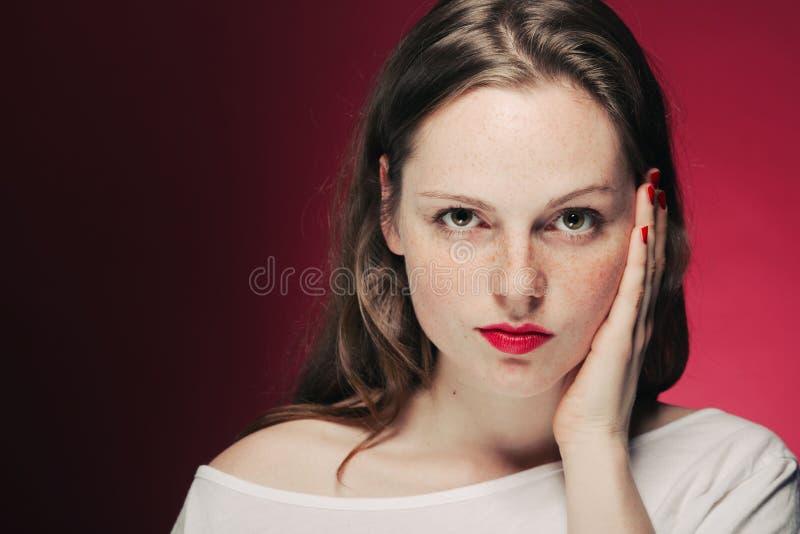 Kobieta piega portret na koloru tła menchiach i czerwieni obraz royalty free