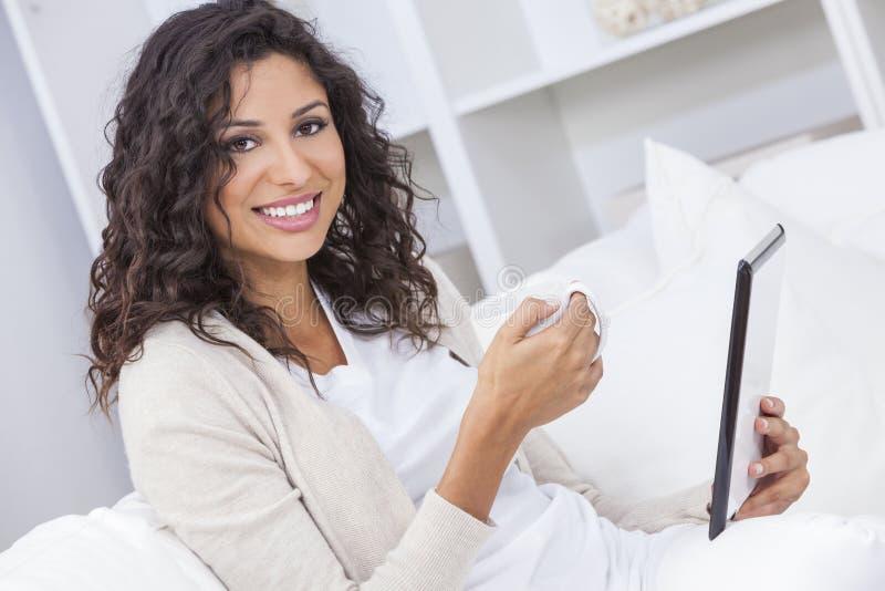 Kobieta Pije herbaty lub Kawowego Używa pastylka komputeru zdjęcie royalty free