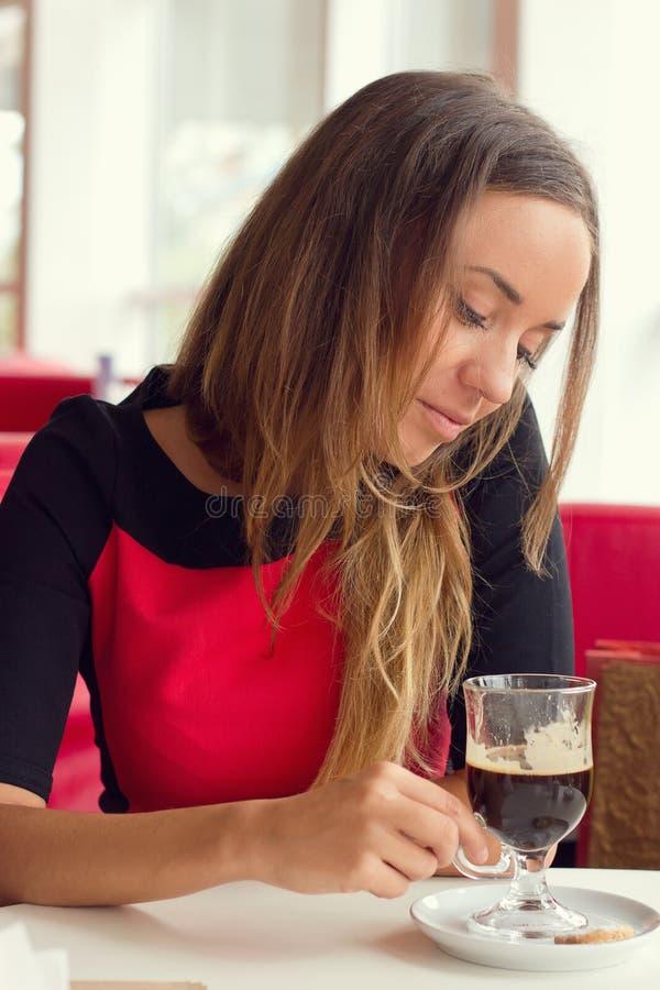 Kobieta pije kawę zdjęcia stock