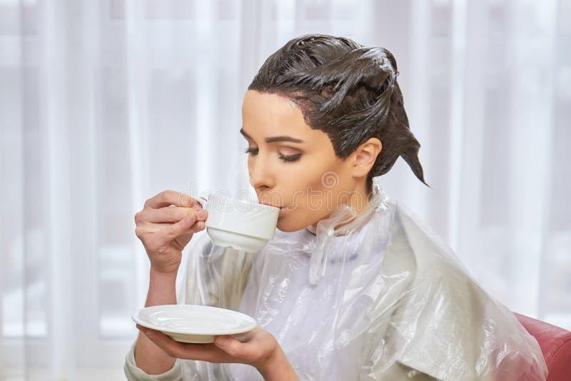 Kobieta pije kawę, piękno salon obrazy royalty free