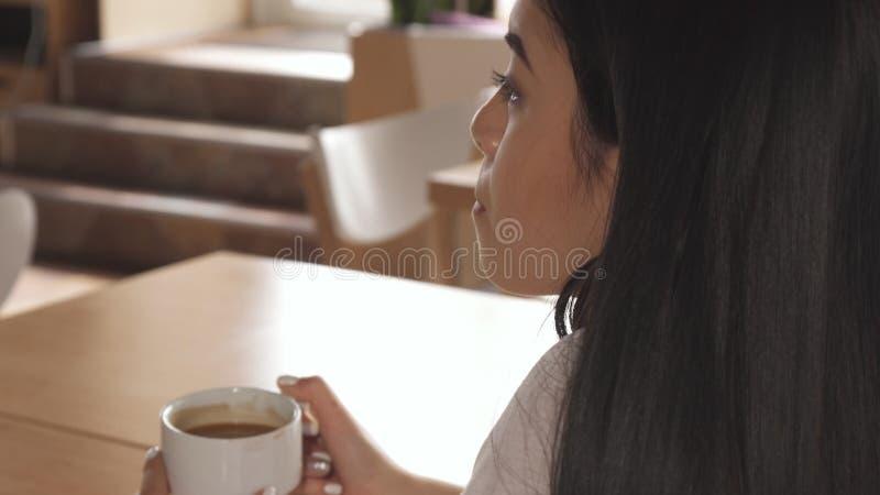 Kobieta pije kawę przy kawiarnią obraz stock
