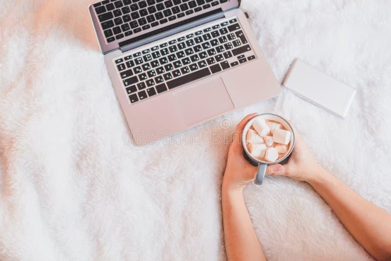 Kobieta pije kawę w jej łóżku w domu zdjęcia stock