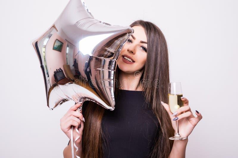 Kobieta pije szampana z gwiazda kształtującym balonem zdjęcia royalty free
