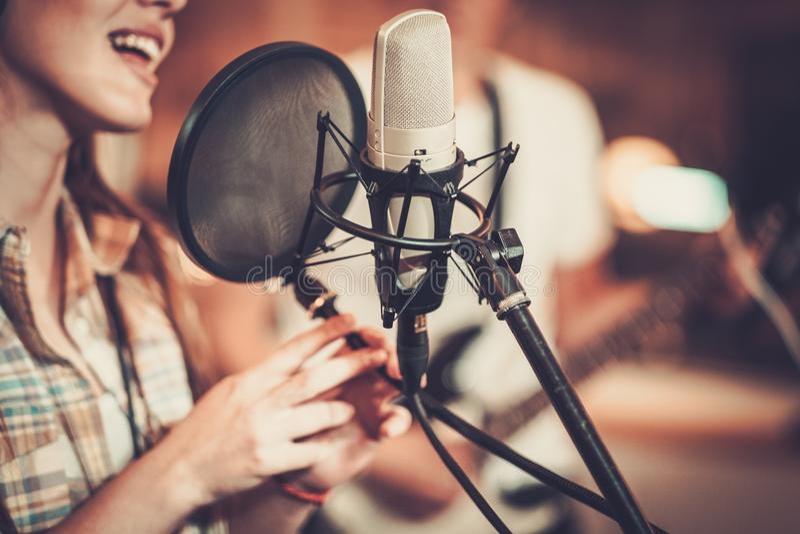 Kobieta piosenkarz w studiu obrazy royalty free