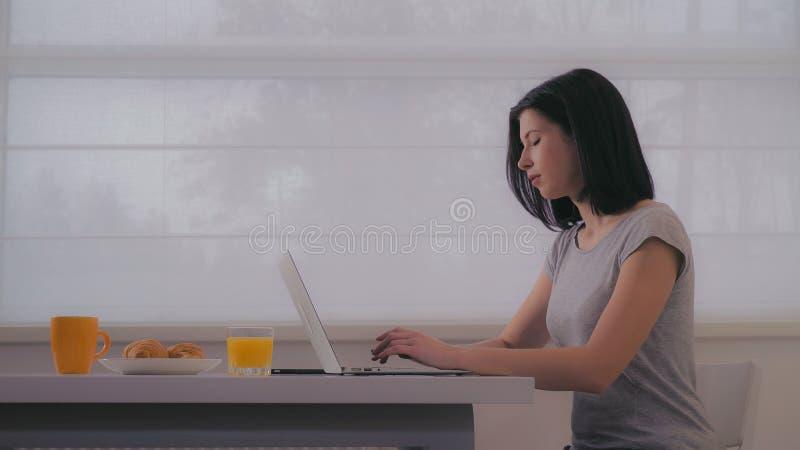 Kobieta pisać na maszynie na laptopie w ranku fotografia royalty free