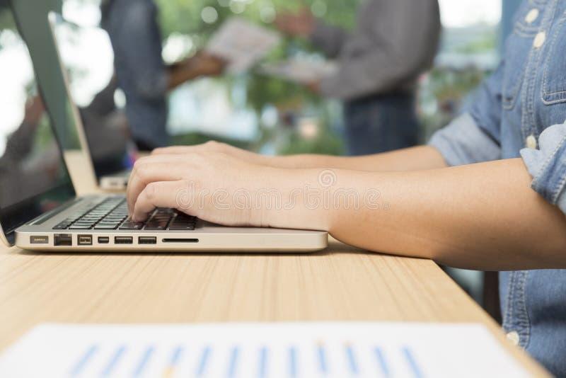 kobieta pisać na maszynie laptop z biznesmenami dyskutuje z pa fotografia royalty free