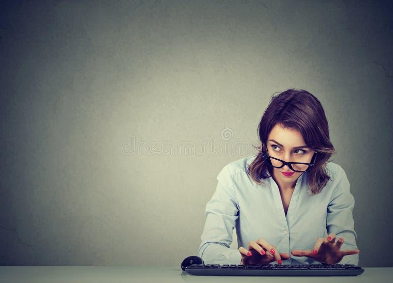 Kobieta pisać na maszynie na klawiaturze zastanawia się co odpowiadać zdjęcie royalty free