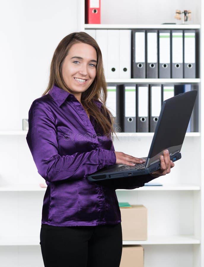 Kobieta pisać na maszynie przy notatnikiem obrazy royalty free