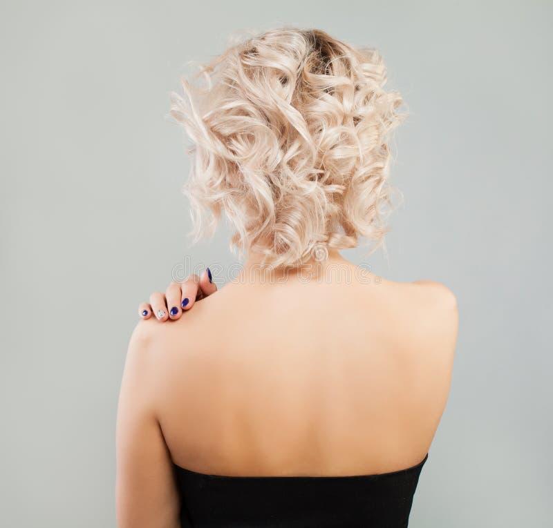 Kobieta plecy Blondynki kobieta z koczek fryzurą zdjęcie royalty free