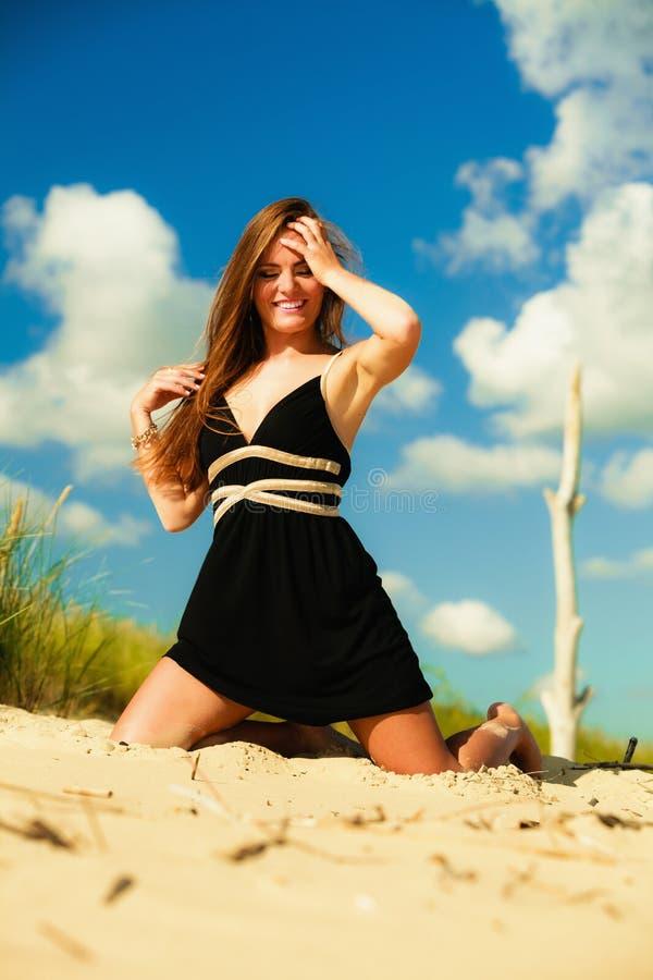 Download Kobieta Plenerowy Urlopowy Dzień Zdjęcie Stock - Obraz złożonej z atrakcyjny, femaleness: 53775274