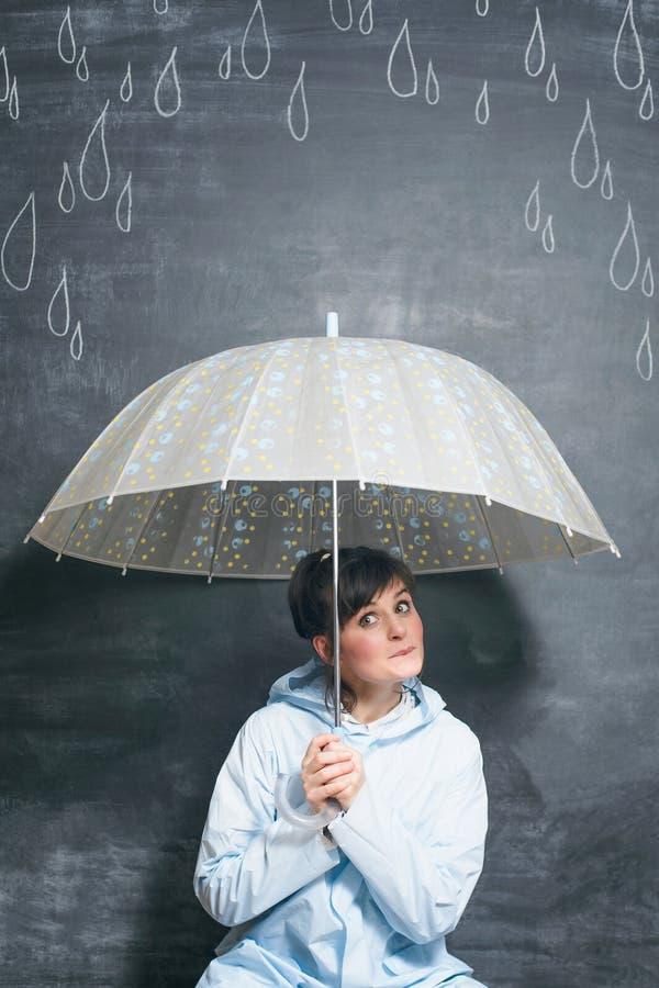 Kobieta pod parasolem na patroszonym kredowymi kroplami podeszczowy tło obraz royalty free
