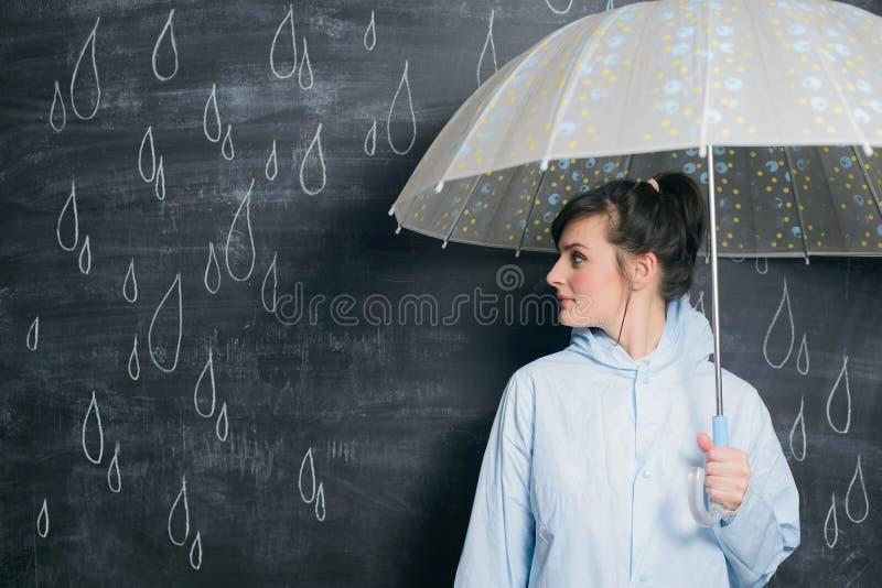 Kobieta pod parasolem na patroszonym raindrops tle fotografia royalty free
