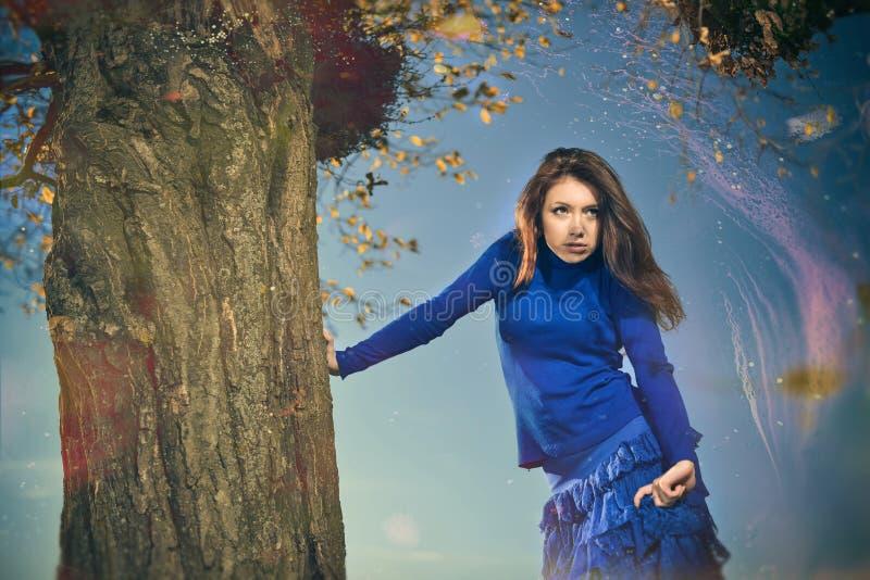 Kobieta pod spadek drzewem zdjęcie stock