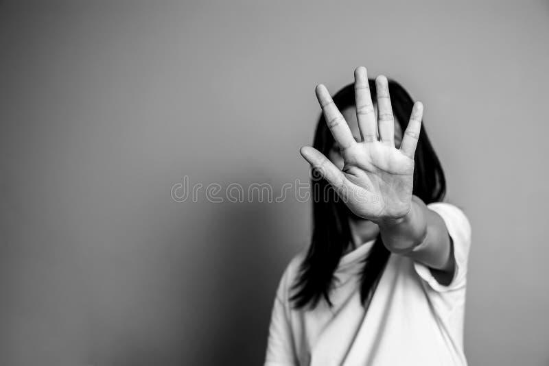Kobieta podnosił jej rękę dla odradza, prowadzi kampanię przerwy przemoc przeciw kobietom, obrazy royalty free