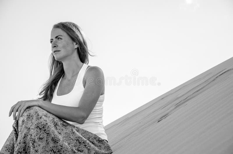 Kobieta podróżnik w pustyni zdjęcia royalty free