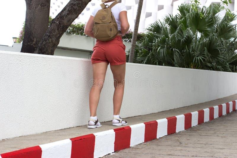 Kobieta podróżnik z plecak podróży pojęciem fotografia royalty free