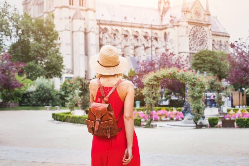 Kobieta podróżuje Paryż, turysta z plecakiem blisko Notre Damae, Francja zdjęcie stock