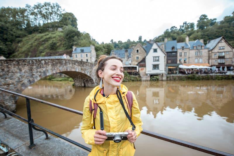 Kobieta podróżuje w francuskim grodzkim Dinan fotografia royalty free