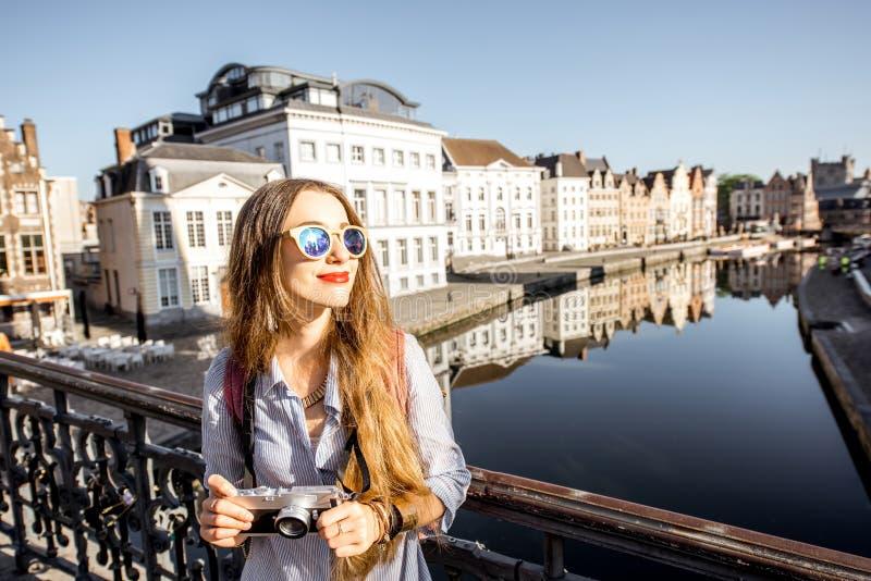 Kobieta podróżuje w Gent starym miasteczku, Belgia zdjęcia royalty free