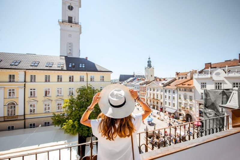 Kobieta podróżuje w Lviv mieście fotografia royalty free