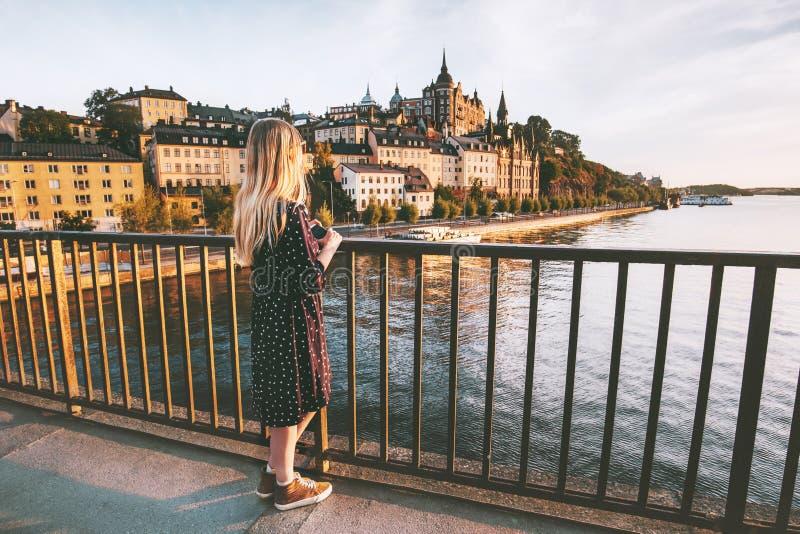 Kobieta podróżuje w Sztokholm mieście cieszy się widok zdjęcie stock