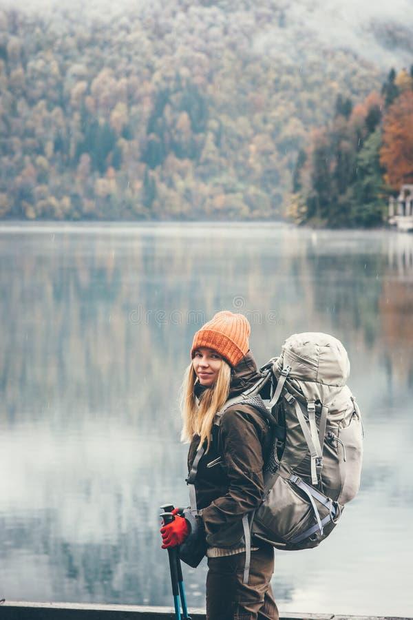 Kobieta podróżuje z plecaka stylu życia przygodą zdjęcia royalty free