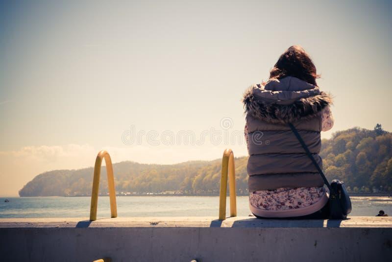 Kobieta podziwia naturę morzem obrazy stock