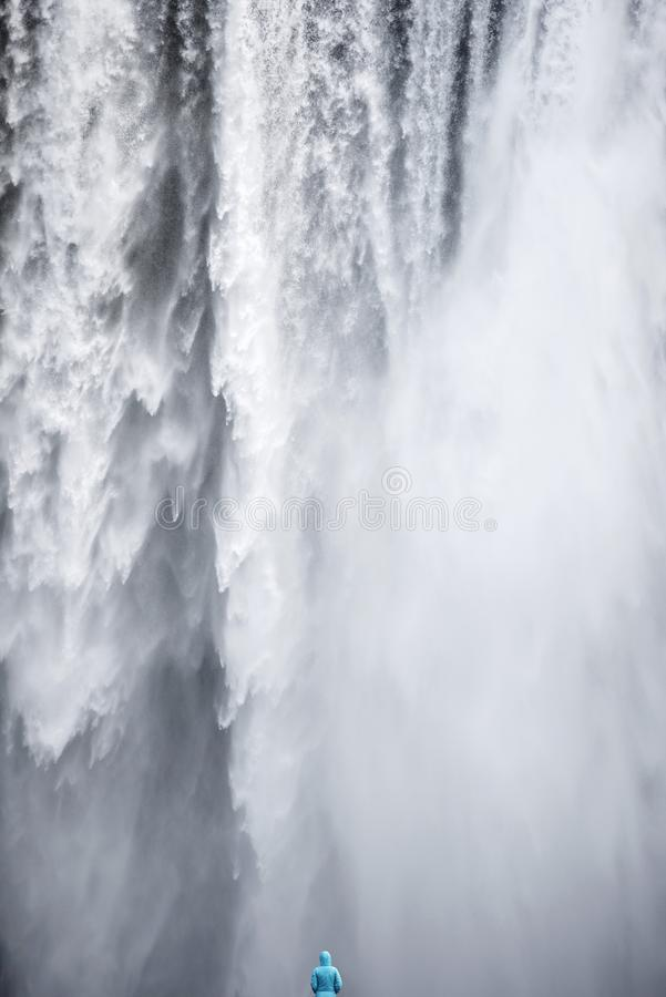 Kobieta podziwia Skogafoss siklawę w Iceland obraz royalty free