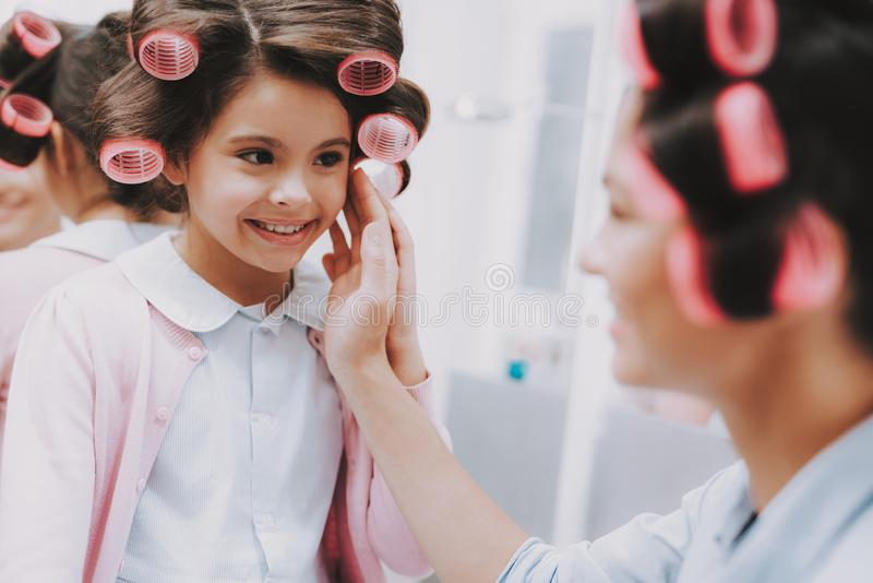 Kobieta Podziwia Szczęśliwego dziecka w piękno salonie fotografia stock