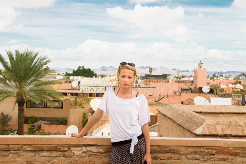 Kobieta podziwia tradycyjną marokańską architekturę w jeden pałac w Medina Marrakesh, Maroko zdjęcie stock