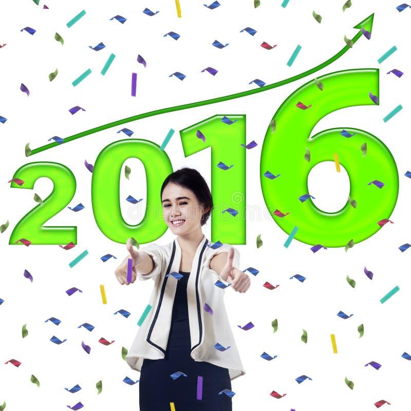Kobieta pokazuje aprobaty z liczbami 2016 obraz royalty free