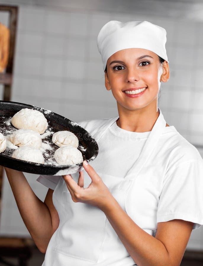 Kobieta Pokazuje ciasto piłki W Wypiekowej tacy fotografia royalty free