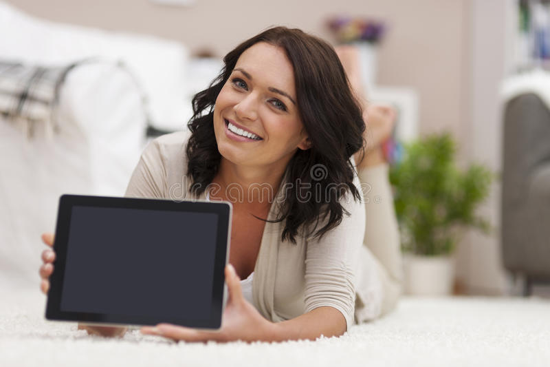 Kobieta pokazuje cyfrowego pokazu obraz stock
