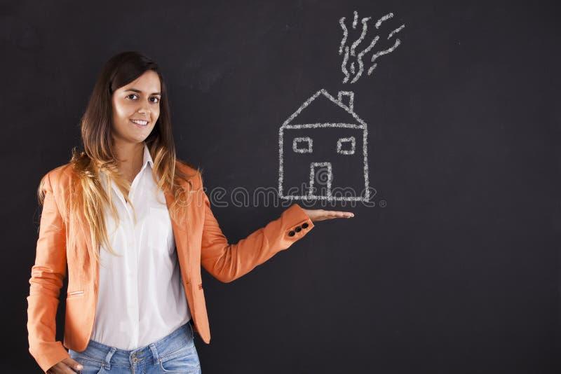 Kobieta pokazuje domowego rysunek obraz royalty free