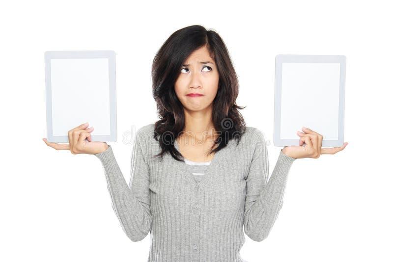 Kobieta pokazuje dwa pustych miejsc pastylki ekran komputerowego zdjęcia stock