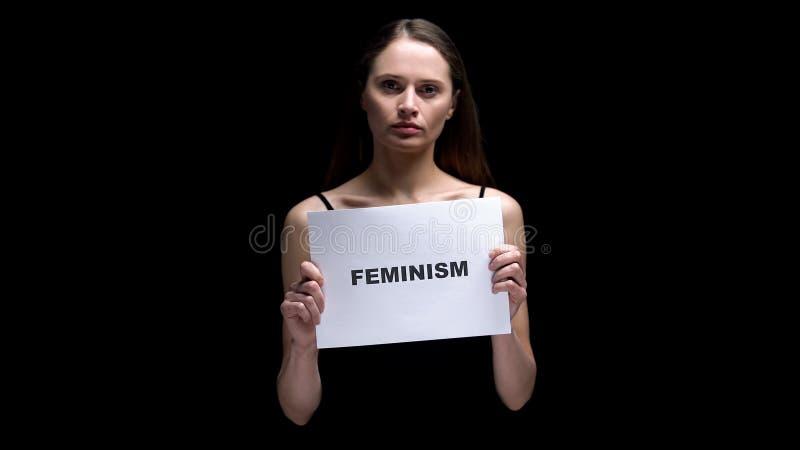 Kobieta pokazuje feminizmu znaka, równość rodzaje, żadny granicy dla kobiet wyprostowywa zdjęcie stock