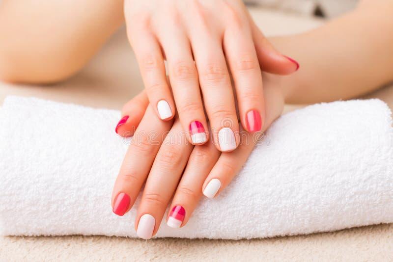 Kobieta pokazuje jej gel manicure zdjęcie royalty free