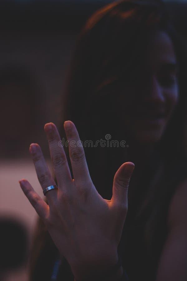 Kobieta pokazuje jej pierścionek zaręczynowy zamazującą twarz obraz royalty free