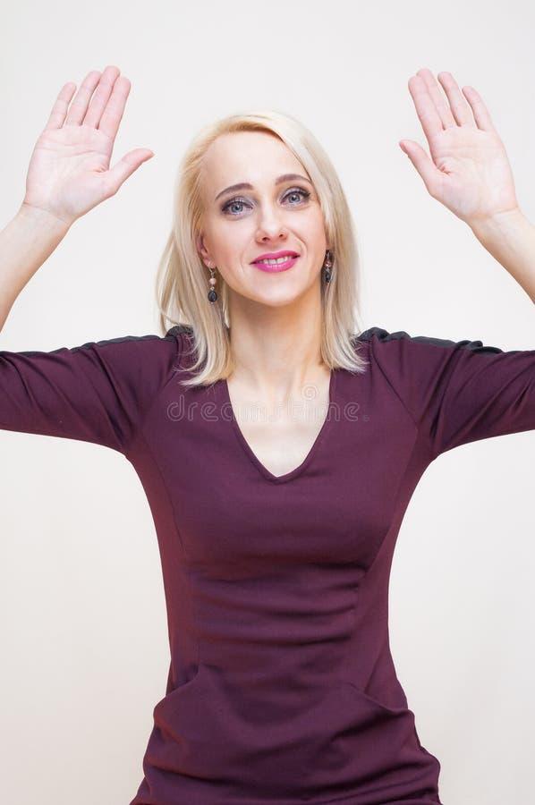 Kobieta pokazuje nastroszone ręk ręki up podpisuje zdjęcia royalty free