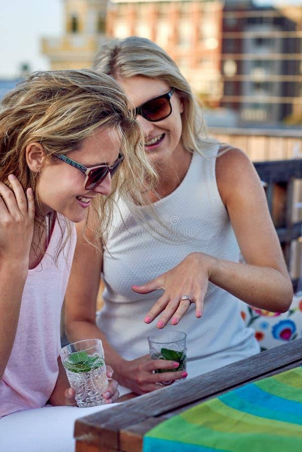 Kobieta pokazuje pierścionek zaręczynowego obraz royalty free