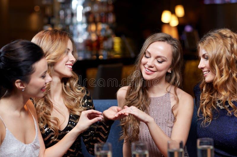 Kobieta pokazuje pierścionek zaręczynowego jej przyjaciele zdjęcia royalty free