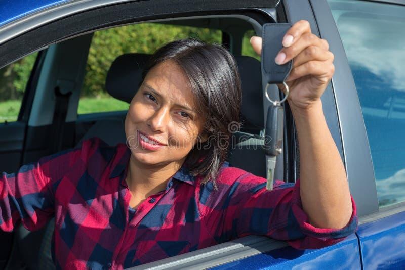 Kobieta pokazuje samochodu klucz przez otwartego okno zdjęcie stock